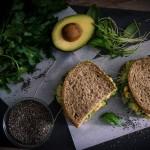Avocado Kichererbsen Sandwich mit Chiasamen Brot